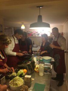 Iedereen aan het werk bij de kookworkshop. En natuurlijk proeven tussendoor!