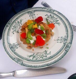 hartig taartje met groenten, paddenstoelen en bloemen
